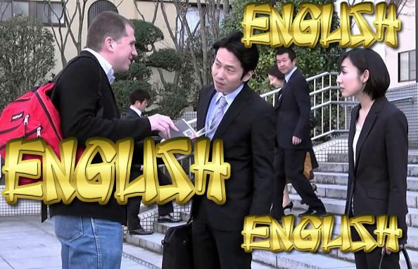 英語で尋ねる外人